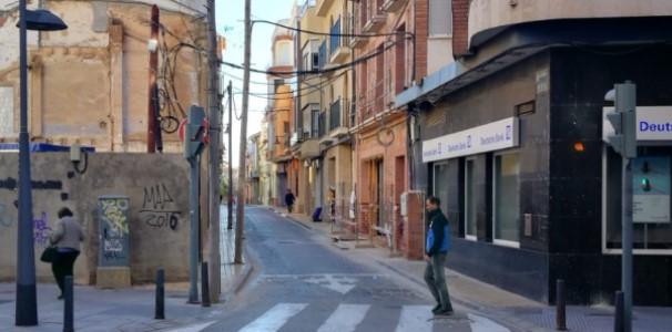 Poble Democràtic pide a Catarroja la retirada de los postes de luz de la acera del carrer nou que impiden el paso a los vecinos