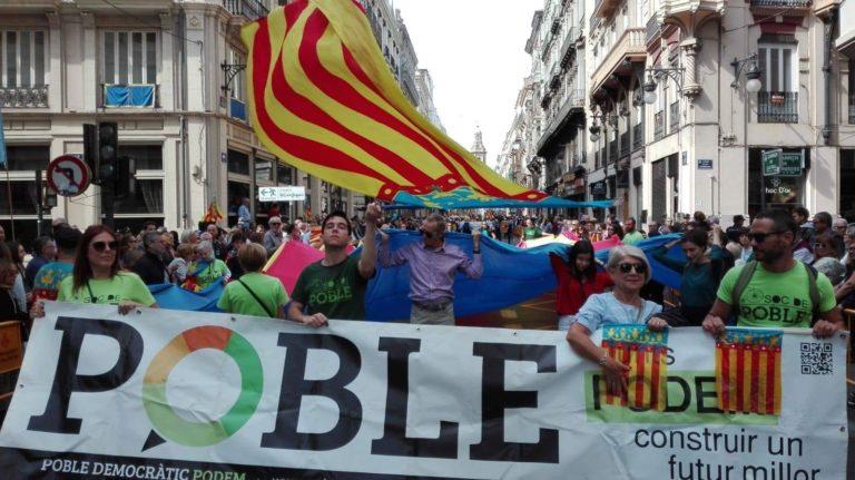 Medio centenar de valencianos participa con Poble Democràtic en la procesión cívica del 9 d'Octubre