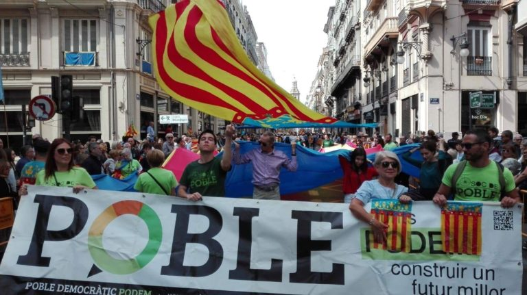Mig centenar de valencians participa en Poble Democràtic en la processó cívica del 9 d'Octubre