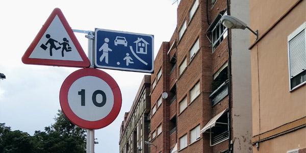 Poble Democràtic alerta del peligro que supone la semipeatonalización del entorno del Colegio Público Lluís Vives