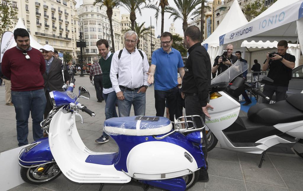 Poble Democràtic critica la visión anticuada de Grezzi y pide apoyo a la movilidad eléctrica